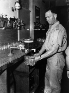 StateLibQld_1_165383_Barman_pouring_beers_at_the_Army_Service_Club,_Brisbane,_August_1942