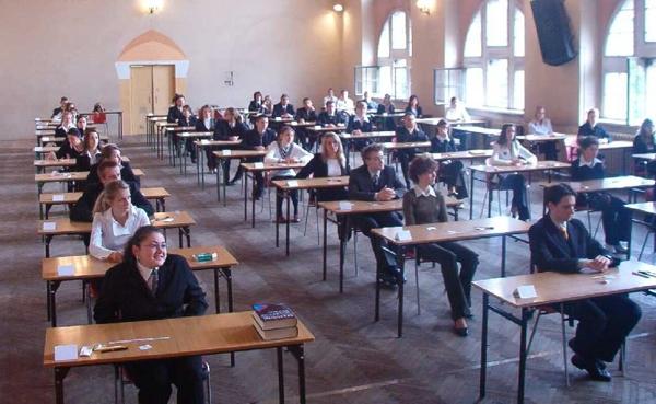 MATURANDO 2015 – DIALOGO SEMISERIO TRA STUDENTI DI IERI E OGGI