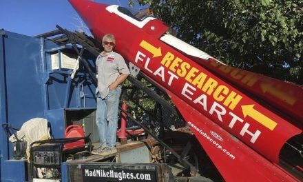 Mike Hughes, il terrapiattista che si lancerà nello spazio con un razzo costruito in garage